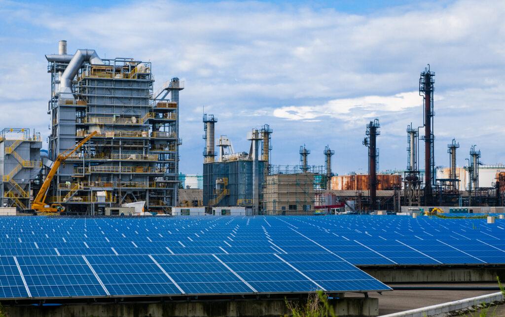 Industrie gekoppelt an Solaranlage, Quelle: AdobeStock_168287228