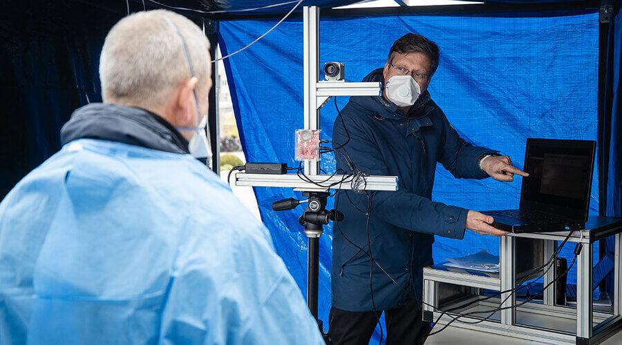 Dr. Urs Schneider vom IFF/Fraunhofer IPA erklärt die Messungsdurchführung   Quelle: Robert-Bosch-Krankenhaus/Christoph Schmidt