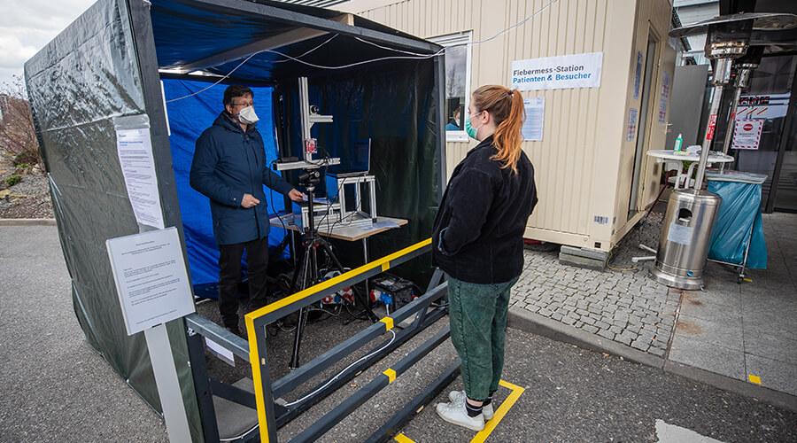 Dr. Urs Schneider vom Fraunhofer IPA führt eine Messung an einer Probandin durch.   Quelle: Robert-Bosch-Krankenhaus/Cahristoph Schmidt