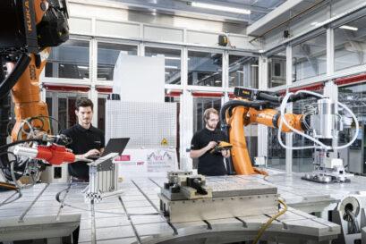 """Roboterbasierte Anlage zur flexiblen Fertigung von Bauteilen (""""Incremental Manufacturing Lab"""")   Quelle: Markus Breig (KIT/CroM) für BMBF/ IWF, TU Braunschweig"""
