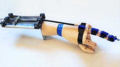 Prototyp der mithilfe von Form-Gedächtnis-Legierungen betriebenen Handeinheit   Quelle: LPS Bochum