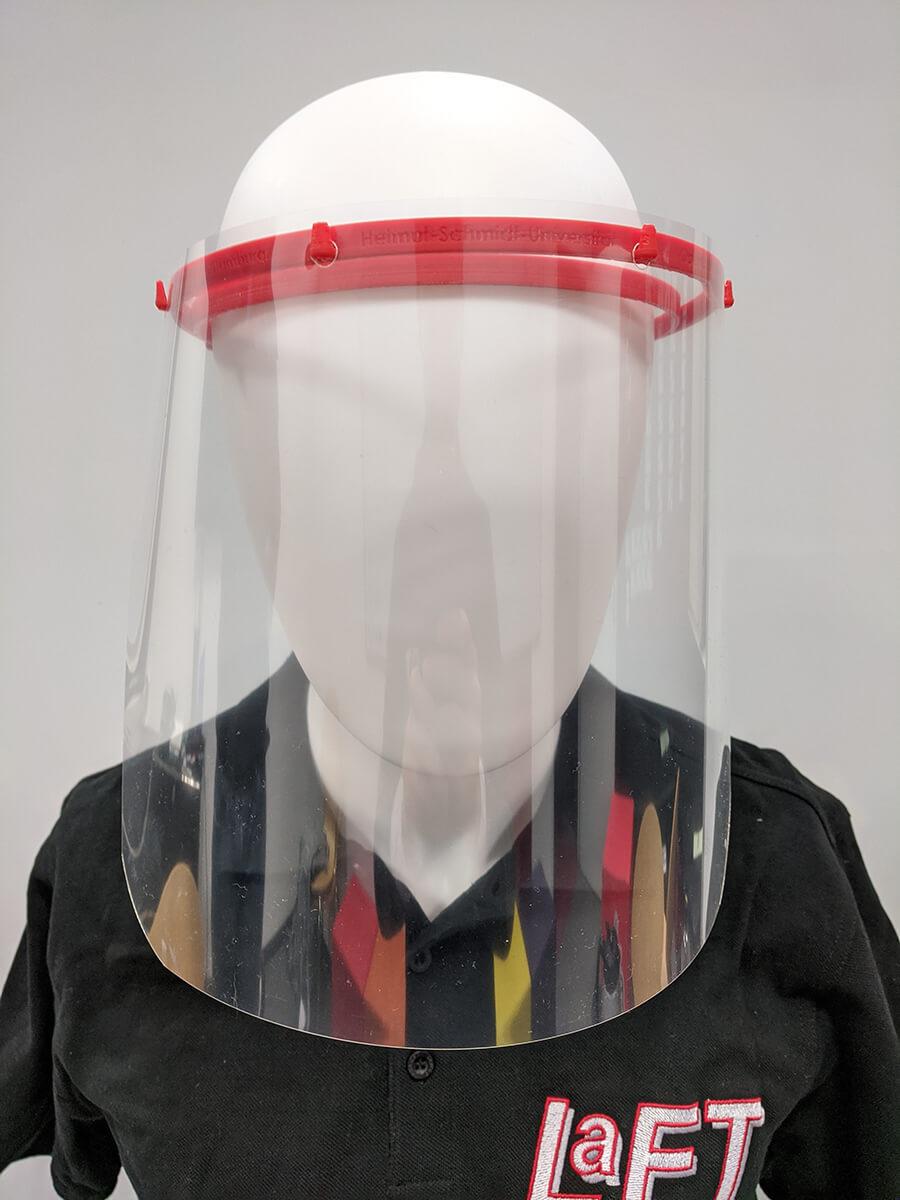 Bild 2: Die aufgesetzte Gesichtsfolie schützt die Augen (reduziert das Risiko) vor Tröpfcheninfektion in einem Winkel von 90° zur Seite und 45° von oben und unten   Quelle: Lennart Hildebrandt