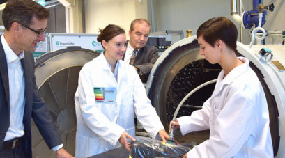 Aushärtung von Faserverbundwerkstoffen am Autoklav mit Prof. Rolf Steinhilper und Prof. Frank Döpper – einer der vielfältigen Demonstratoren der Green Factory Bayreuth (Quelle: Fraunhofer Projektgruppe Regenerative Produktion)