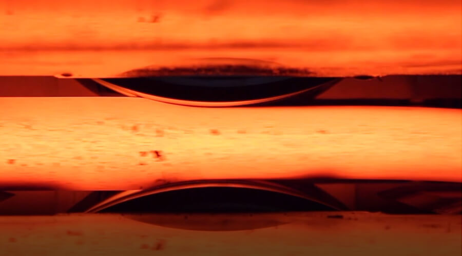 Material während eines Walzvorgangs (sogenannter Stich) | Quelle: Institut für Bildsame Formgebung IBF