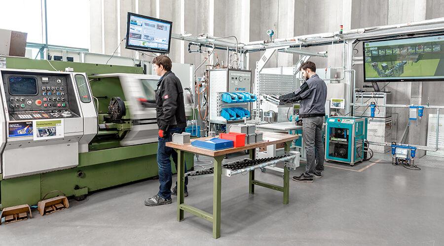 Studierende als Maschinenbedienende während eines Workshops in der Lernfabrik| Quelle: PTW Darmstadt