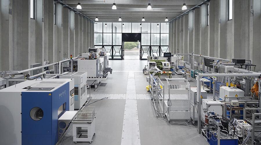 Die Produktionshalle der ETA-Fabrik: Forschung an einer realen Produktionskette