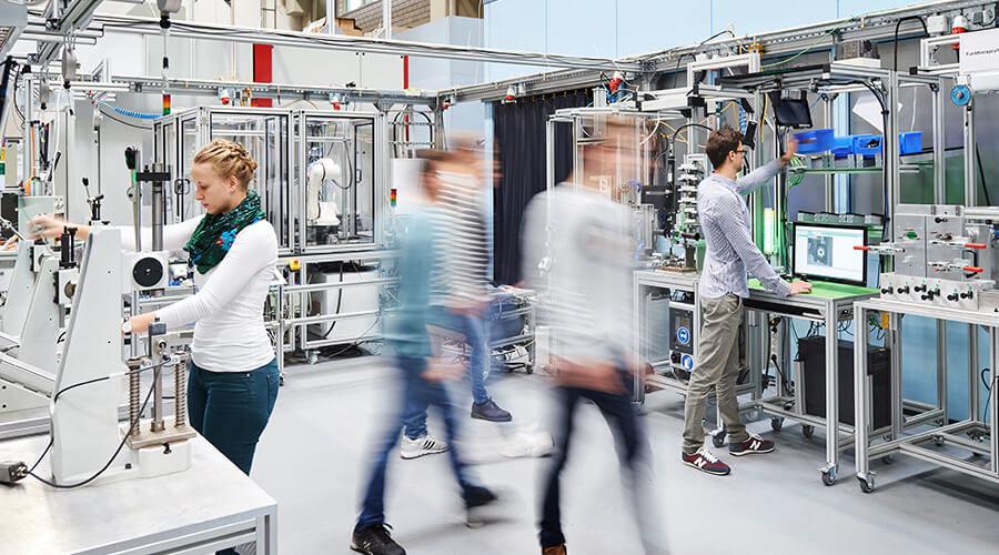 Die Lernfabrik befasst sich als weltweit einzige ausschließlich mit der Produktion in globalen Netzwerken und ist mit den wbk-Standorten in China verknüpft. | Quelle: Sandra Göttisheim/KIT