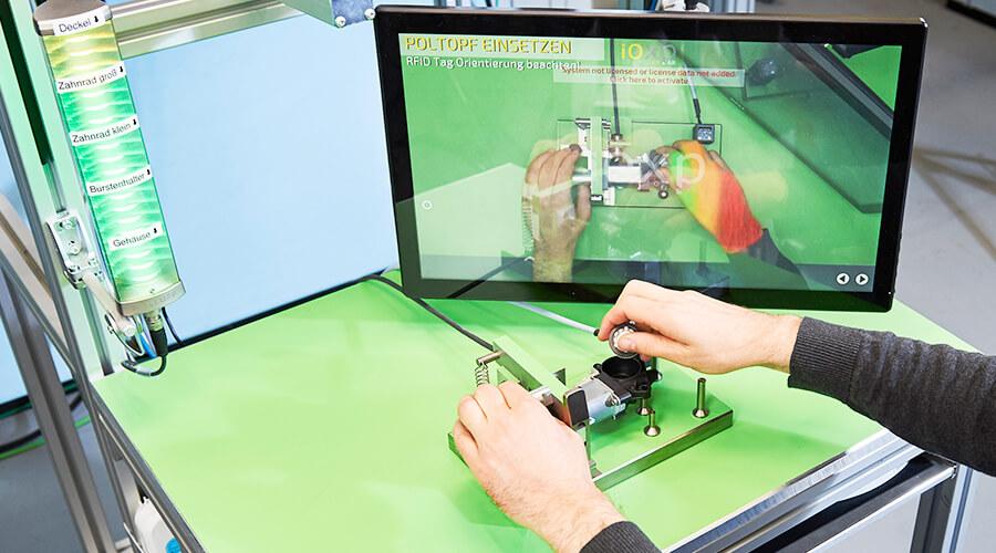 In der Lernfabrik probieren Studierende Technologien wie Industrieroboter, vollautomatisierte Fertigungsstationen und virtuellen Assistenzsysteme aus. | Quelle: Sandra Göttisheim/KIT